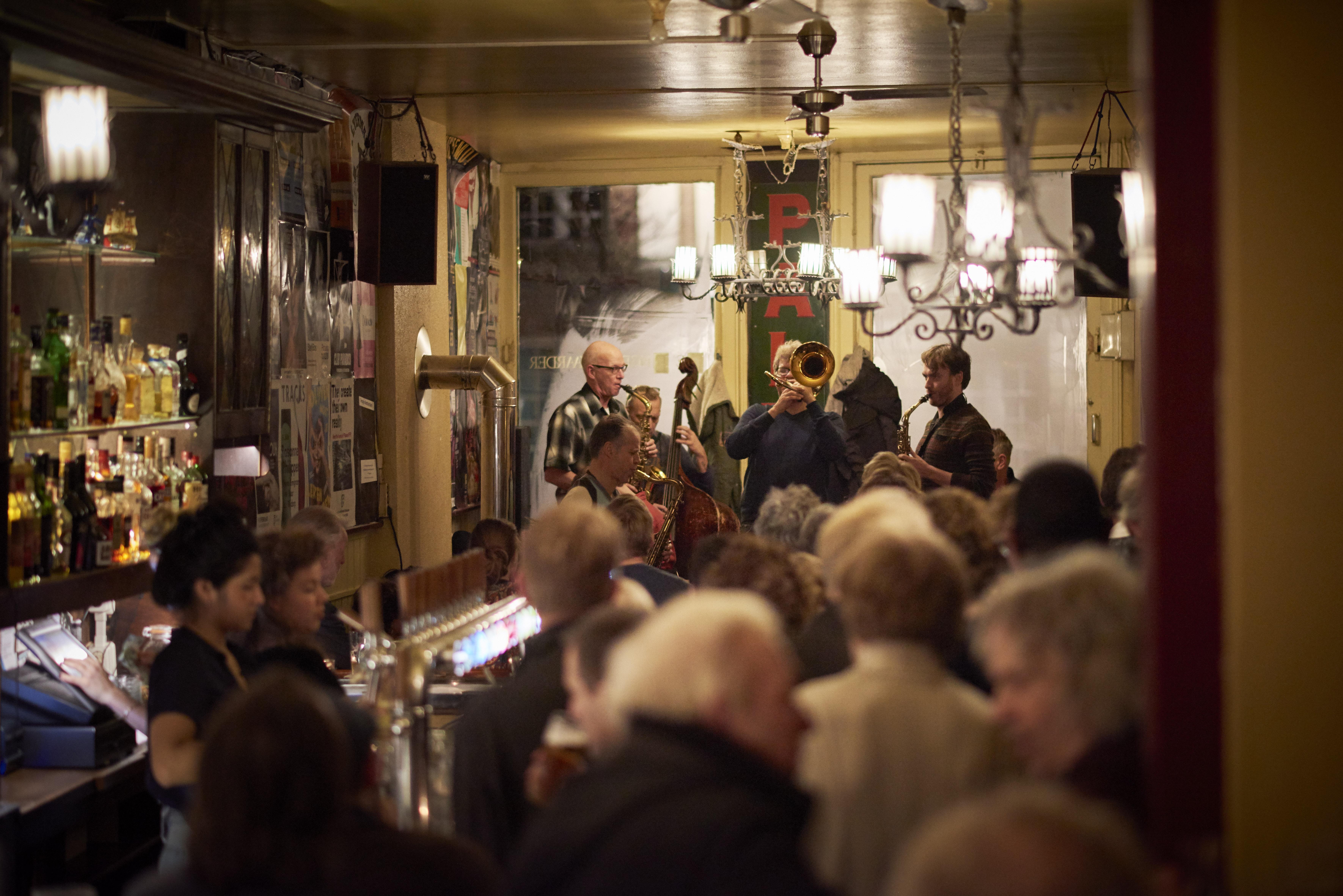 jazz met bar en volk